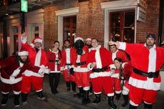 Groep die Santas-partij New Orleans glimlachen stock afbeeldingen