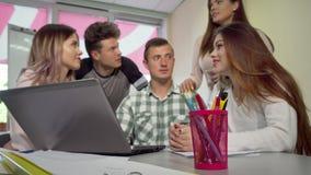 Groep die studenten die taak bespreken, samen bestuderen stock video