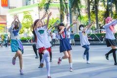 Groep die Thaise cosplayers als dekkingsmeisjes de dansen voor publiek toont Royalty-vrije Stock Foto