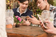 Groep die tiener de sociale media van het vriendenspel met smartphon toevoegen stock afbeeldingen
