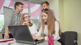 Groep die tieners die taak bespreken, samen op school bestuderen stock videobeelden