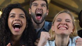 Groep die ventilators in bar, het vieren doel van favoriet sportenteam, score schreeuwen stock videobeelden