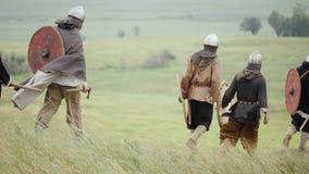 Groep die Viking met schilden vooruit op de weide lopen stock videobeelden