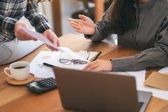 Groep die zakenman en zaken samenwerken bespreken stock foto's