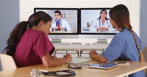 Groep divers medische artsen videoconfereren royalty-vrije stock afbeeldingen