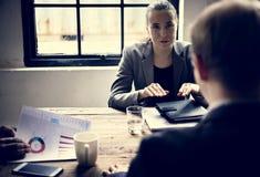 Groep diverse bedrijfsmensen die een vergadering hebben samen royalty-vrije stock afbeelding