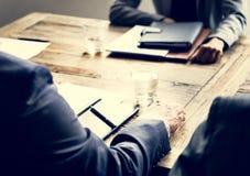 Groep diverse bedrijfsmensen die een vergadering hebben samen royalty-vrije stock foto's