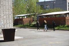 Groep diverse kinderen die van school lopen stock afbeelding