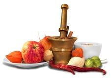 Groep diverse kruiden, graangewassen en sommige vruchten in ceramisch en Stock Foto
