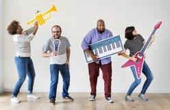 Groep diverse mensen die muziek van instrumenten genieten stock afbeeldingen