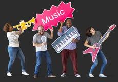 Groep diverse mensen die muziek van instrumenten genieten royalty-vrije stock fotografie