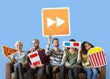 Groep diverse vrienden die film houden emoticons stock afbeelding