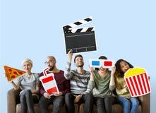 Groep diverse vrienden die film houden emoticons stock fotografie