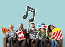 Groep diverse vrienden en muziekconcept stock afbeeldingen