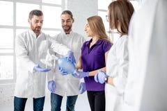 Groep dokters tijdens de eerste hulp die binnen opleiden royalty-vrije stock foto's
