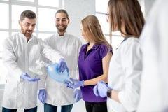 Groep dokters tijdens de eerste hulp die binnen opleiden stock afbeeldingen