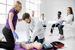 Groep dokters tijdens de eerste hulp die binnen opleiden stock foto's