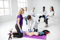 Groep dokters tijdens de eerste hulp die binnen opleiden royalty-vrije stock afbeelding