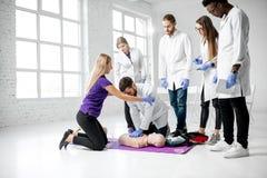 Groep dokters tijdens de eerste hulp die binnen opleiden royalty-vrije stock foto