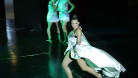 Groep eigentijdse dansers die op stadium presteren stock video