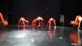 Groep eigentijdse dansers die op stadium presteren stock videobeelden