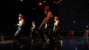 Groep eigentijdse dansers die op stadium presteren stock footage