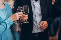 Groep elegante mensen die glazen champagne houden bij luxe w Stock Afbeeldingen