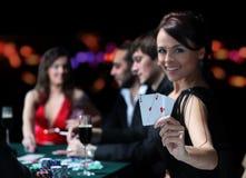 Groep elegante mensen die pook spelen bij het het gokken huis stock foto