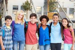 Groep Elementaire Leerlingen buiten Klaslokaal stock afbeeldingen