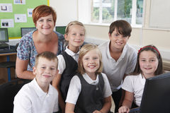 Groep Elementaire Leerlingen in Computerklasse met Leraar royalty-vrije stock foto