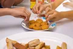 Groep en vrienden die roosteren eten Stock Foto's