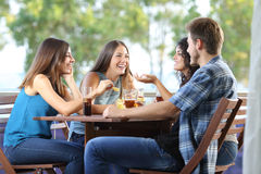 Groep en vrienden die thuis spreken drinken royalty-vrije stock fotografie