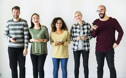 Groep en vrienden die zich verenigen lachen stock afbeelding