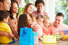 Groep Families die de Eerste Verjaardag van het Kind thuis vieren stock fotografie