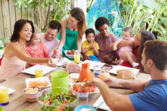 Groep Families die van Openluchtmaaltijd thuis genieten royalty-vrije stock foto's