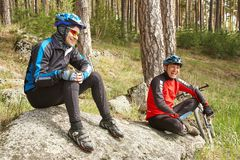 Groep fietsers op een halt team in openlucht De fiets van de berg stock afbeelding