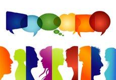 Groep geïsoleerde mensen in profiel gekleurd silhouet De Bel van de toespraak Het spreken van mensen Communiceer in sociale media royalty-vrije illustratie