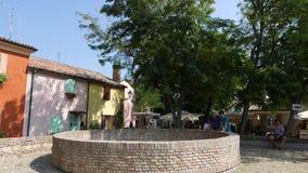 Groep gekleurde huizen in het oude vierkant stock footage