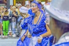 Groep gekostumeerde mensen die in Carnaval van Uruguay marcheren Stock Foto's