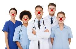 Groep gelukkige artsen bij het ziekenhuis royalty-vrije stock foto's