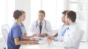 Groep gelukkige artsen die hoge vijf maken bij kliniek stock footage