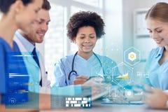 Groep gelukkige artsen die op het ziekenhuiskantoor samenkomen Stock Afbeeldingen