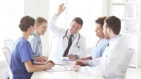 Groep gelukkige artsen met handen op bovenkant bij kliniek stock footage