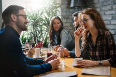 Groep gelukkige bedrijfsmensen die in restaurant eten stock foto's