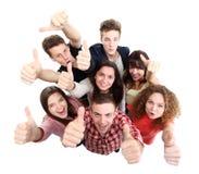 Groep gelukkige blije vrienden die zich met omhoog handen bevinden royalty-vrije stock afbeeldingen