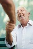 Groep gelukkige en bejaarden die lachen spreken Stock Afbeeldingen