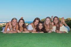 Groep gelukkige gezonde tienermeisjes stock afbeeldingen