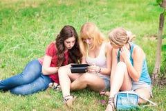 Groep gelukkige glimlachende Tienerstudenten openlucht Stock Foto's