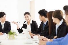 Groep gelukkige jonge bedrijfsmensen in vergadering stock fotografie