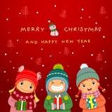 Groep gelukkige jonge geitjes met Kerstmisgiften en de winterachtergrond royalty-vrije illustratie